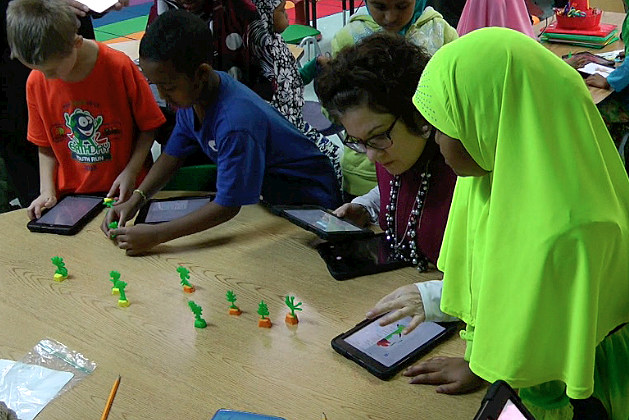 Talahi elementary students look at their 3D plant models